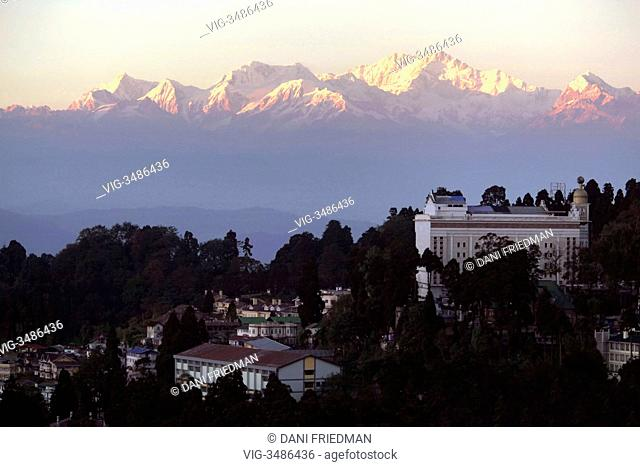 INDIA, DARJEELING, 18.11.2012, The setting sun casts a pinkish hue over the snow-capped peaks of Mount Kanchenjunga (Khangchendzonga Range) that looms behind...