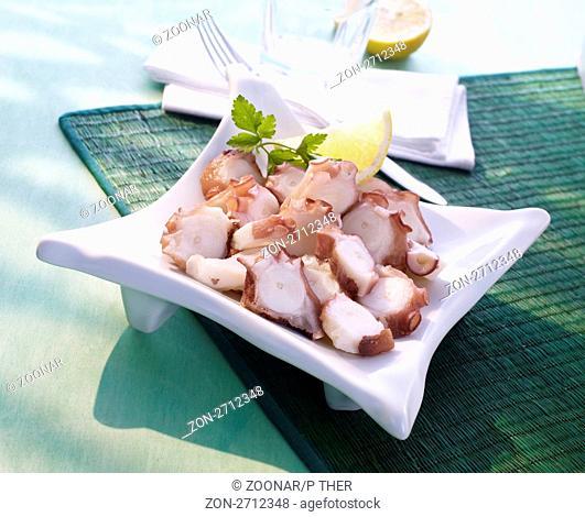 Scheiben vom Tintenfisch mit Zitronen-Dekoration , cuttlefish slices with lemon