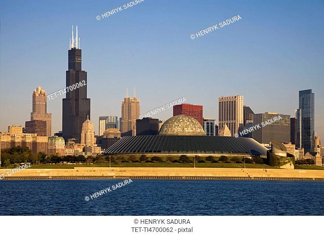 USA, Illinois, Chicago, City skyline with Adler Planetarium
