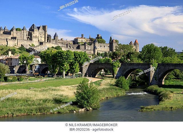 Old bridge over the Aude, behind the medieval fortress of Carcassonne, Cite de Carcassonne, Carcassonne, Département Aude, Languedoc-Roussillon, France