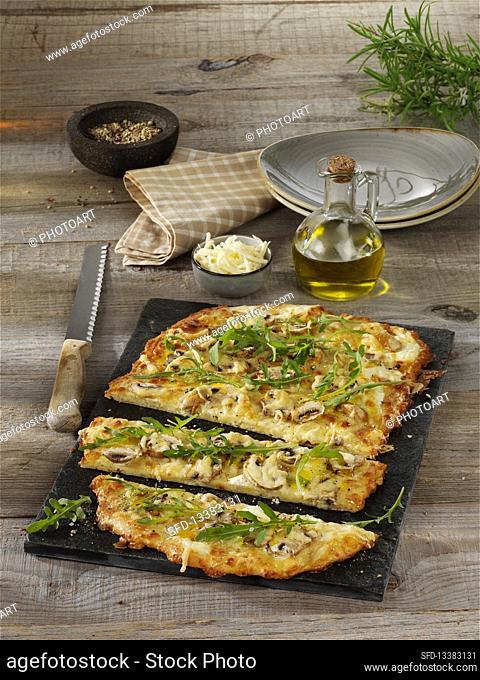 Low-carb flambé with mushrooms and rocket salad