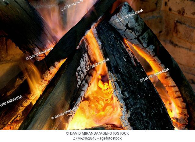 Chimenea con brasas y fuego
