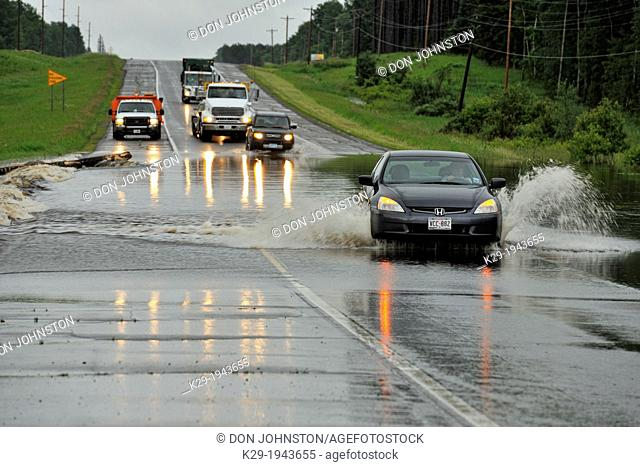 Highway 2 traffic negotiating flooded road, Duluth, Miinesota, USA