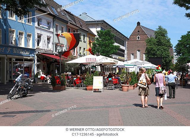 Germany, Neuss, Rhine, Lower Rhine, North Rhine-Westphalia, houses at the market place, pedestrian zone, people sitting in a sidewalk cafe, behind the arsenal