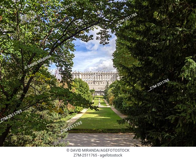 Palacio Real y Jardines del Campo del Moro en Madrid. España