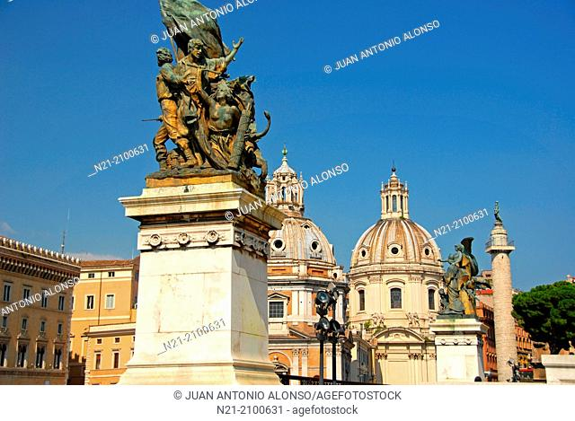 Sculptures belonging to the Vittorio Emanuelle II National Monument -Altare della Patria- 1895 by Giuseppe Sacconi In the background and in the Piazza Madonna...