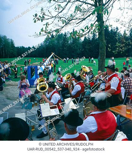 Eine Maifeier in Oberbayern, Bayern, Deutschland 1980er Jahre. A May Day celebrations in Upper Bavaria, Bavaria, Germany 1980s