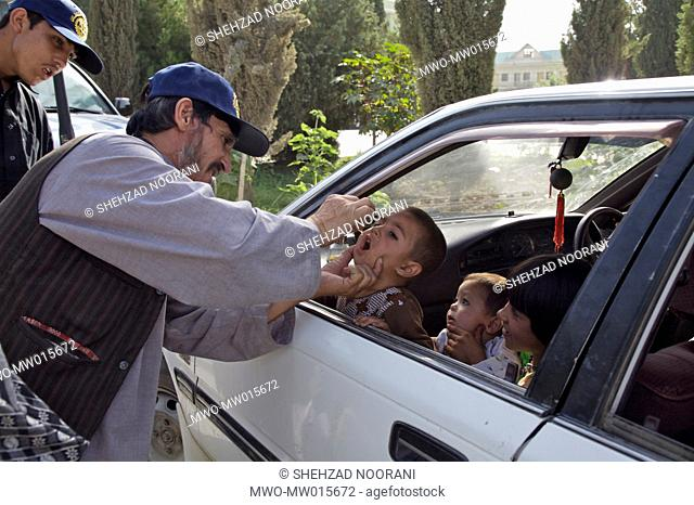 A health worker vaccinates a child against polio, in the southern city of Kandahar, in Afghanistan June 18, 2007