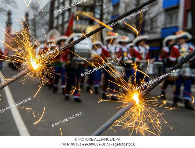 01 January 2019, Rhineland-Palatinate, Mainz: Guardsmen march past sparklers to music. With the New Year's procession through the cathedral city, around 1