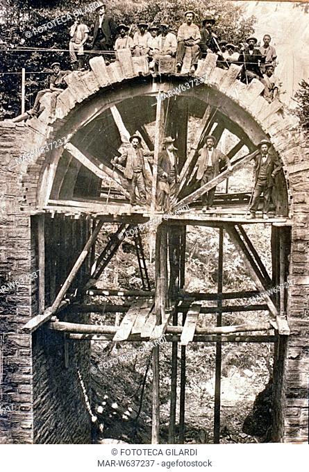 COSTRUZIONE DI UN PONTE splendida e rara fotografia della fine XIX secolo. I lavoratori edili addetti alla costruzione di un ponte ancora in pietra