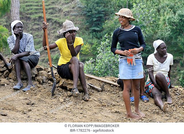 Inhabitants of a mountain village building a road with the assistance of an aid organisation, they want to link their village to the main road to allow economic...
