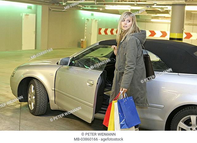 Park-garage, woman, young, tote bags, car, get on, series, people, 20-30 years blond, long-haired leisure time Lifestyle shopping center, shopping centers