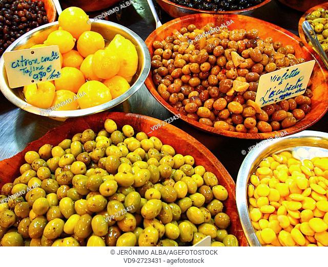 Market, different curded olives, Marché des Capucins, Bordeaux, Gironde. Aquitaine France Europe