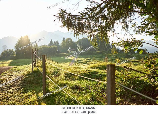 Deutschland, Bayern, Mittenwald, Weg in ländlicher Umgebung