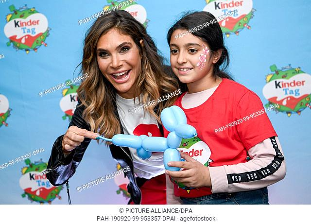 "19 September 2019, Berlin: The US-American actress Ayda Field is working with Amira animals from balloons at the """"Kinder Tag 2019"""" in Radialsystem V with..."