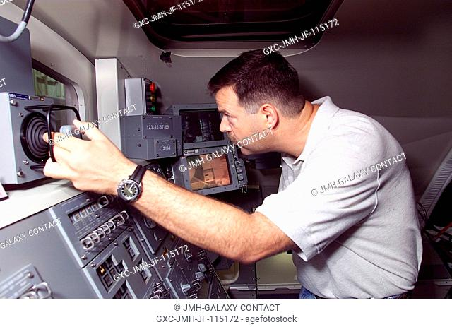 Astronaut Scott D. Altman, STS-106 pilot, simulates control of the remote manipulator system (RMS) for the Space Shuttle Atlantis during a training session in...