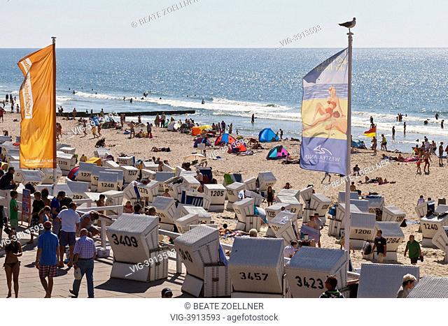 Sommerlicher Hochbetrieb am Strand von Westerland/Sylt, Blick ueber Promenade und Strand mit zahlreichen Urlaubern auf die Nordsee, sonnig - Westerland/Sylt