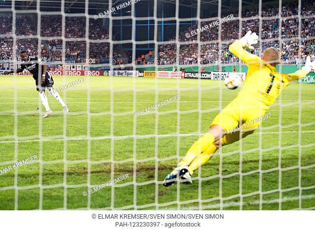 Goalkeeper Jakub JAKUBOV (re., C) holds the penalty from Khaled NAREY (HH) on penalties, Penalty, Penalty, Action, Elferduell, Football, DFB Pokal