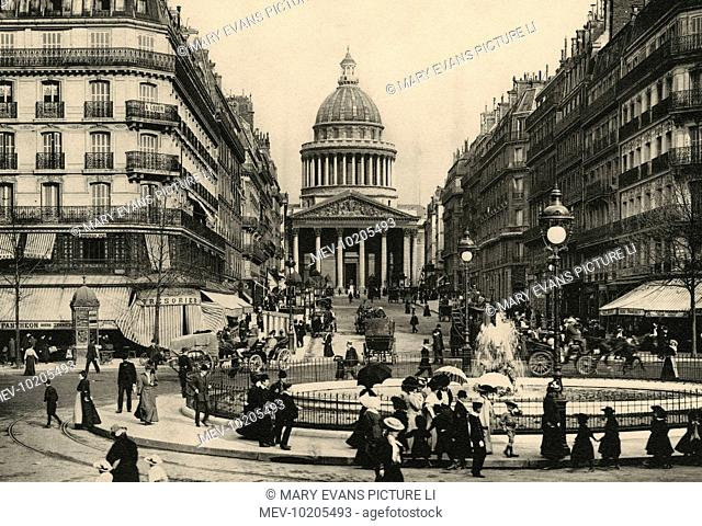 The Pantheon seen from the farther end of the rue Soufflot : the boulevard Saint-Michel runs down from our left, les jardins du Luxembourg are behind us