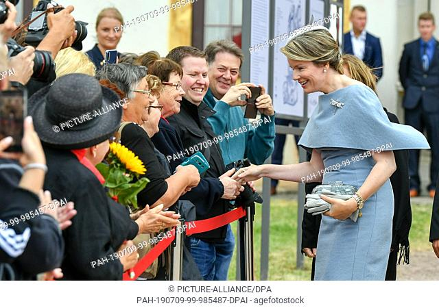 09 July 2019, Thuringia, Gotha: Queen Mathilde of Belgium welcomes onlookers in front of Friedenstein Castle. The royal couple visits Thuringia and...