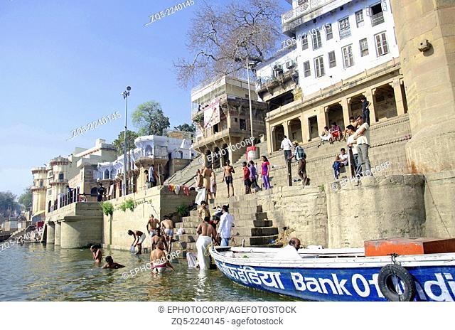 Pilgrims taking a holy bath in the river Ganga, Varanasi, Benares, Uttar Pradesh, India