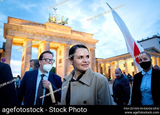 05 October 2020, Berlin: The opposition leader Svetlana Tikhanovskaya from Belarus passes the Brandenburg Gate after a performance in front of supporters