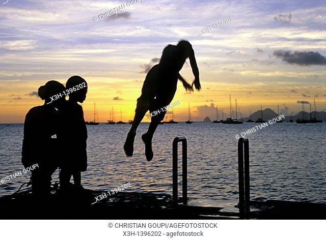 enfants plongeant dans la baie de Sainte-Anne Ile de la Martinique Departement et Region d'Outremer francais Archipel des Antilles Caraibes//children diving...