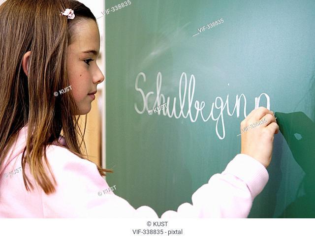 Schuelerin schreibt an der Tafel - 31/08/2005