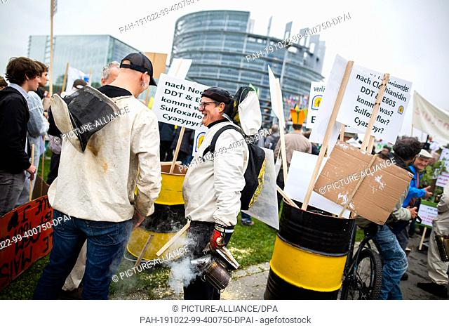 22 October 2019, France (France), Straßburg: Farmers and environmental activists demonstrate in front of the European Parliament building