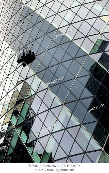 London, England, UK. Washing the windows of the 'Gherkin', 30 St Mary Axe