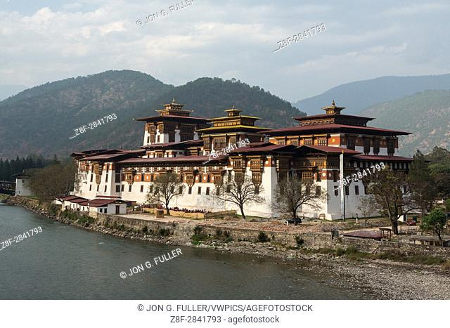 Punakha Dzong and the Mo Chhu River. Punakha, Bhutan