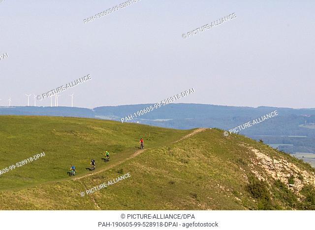 05 June 2019, Bavaria, Gerolfingen: Cyclists ride along a path on the Hesselberg. The Hesselberg is with 689 meters the highest elevation of Middle Franconia