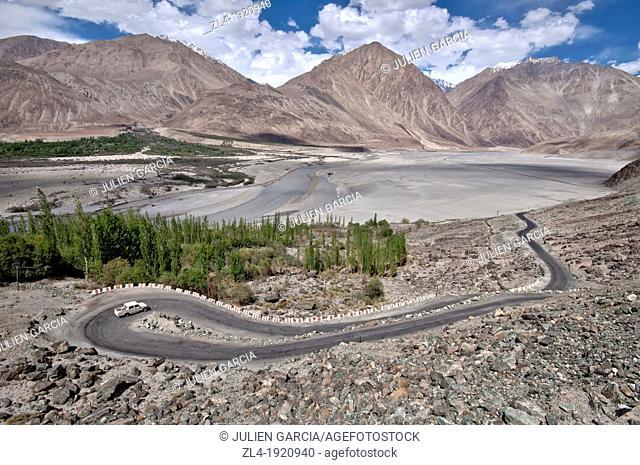 Road snaking through the Nubra valley, between Diskit and Khalsar. India, Jammu and Kashmir, Ladakh, Nubra. (/Julien Garcia)
