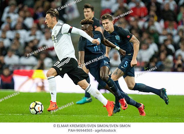Mesut OEZIL (li., Ozil, GER)versus Tammy ABRAHAM (mi., ENG) und John STONES (ENG), Aktion, Kampf um den Ball, Fussball Laenderspiel, Freundschaftsspiel