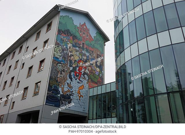 A street artwork showing a market scene with gesturing traders, on the wall of a building in the Belgian capital Brussels, 24.06.2017