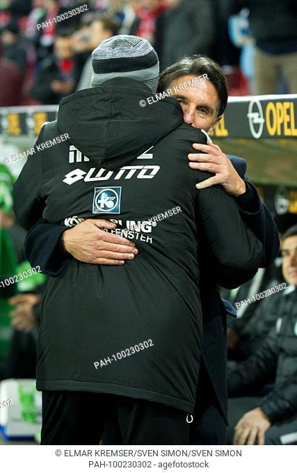 coach Sandro SCHWARZ (li., MZ) und Bruno LABBADIA (coach, WOB) begruessen sich, halbe Figur, Halbfigur, gesture, gesture, begr-ssen, Begruessung, Begr-ssung