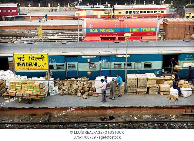 Anden de estacion de tren de New Delhi, India, Asia, Train platform station in New Delhi, India, Asia