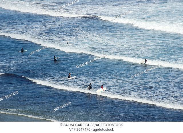 Surfers on the beach Penarronda, Casariego Tapia, Asturias, Spain, Europe