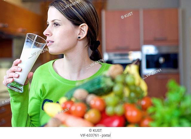 junge Frau trinkt ein Glas Milch - Nieder÷sterreich, Ísterreich, 14/02/2008