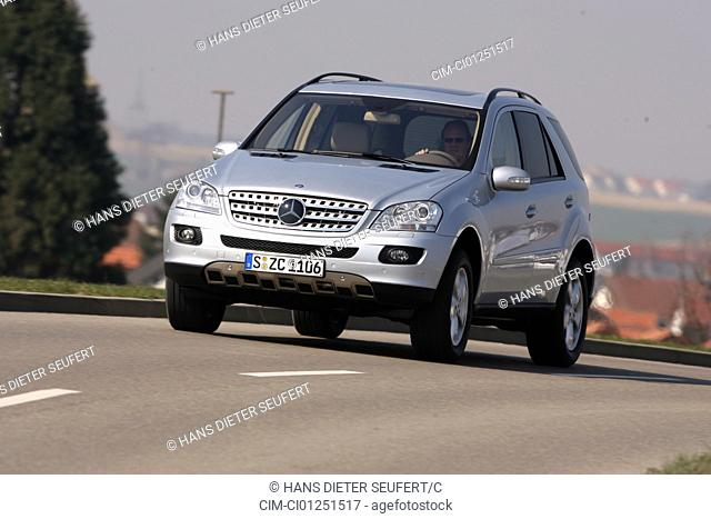 Mercedes ML 420 CDI, model year 2005-, silver, driving, diagonal from the front, frontal view, country road