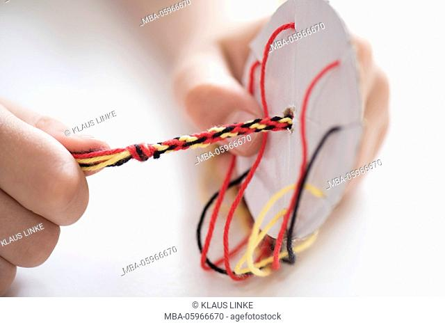 very easy: bracelets of wool doing by yourself
