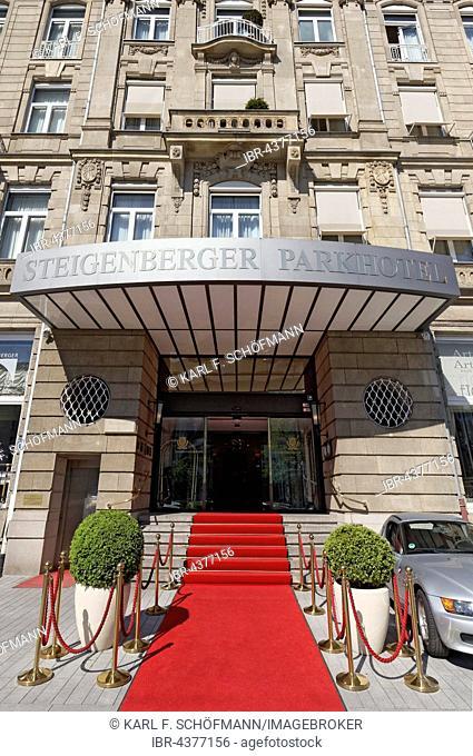 Hotel entrance with red carpet, Steigenberger Parkhotel, Königsallee, Düsseldorf, Rhineland, North Rhine-Westphalia, Germany