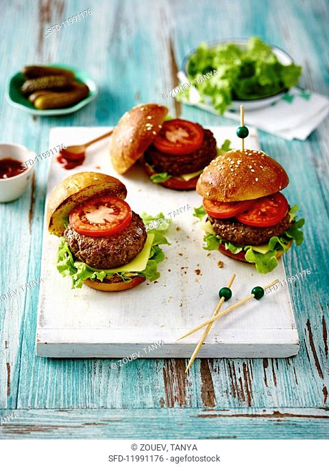 Mini cheeseburgers with tomatoes