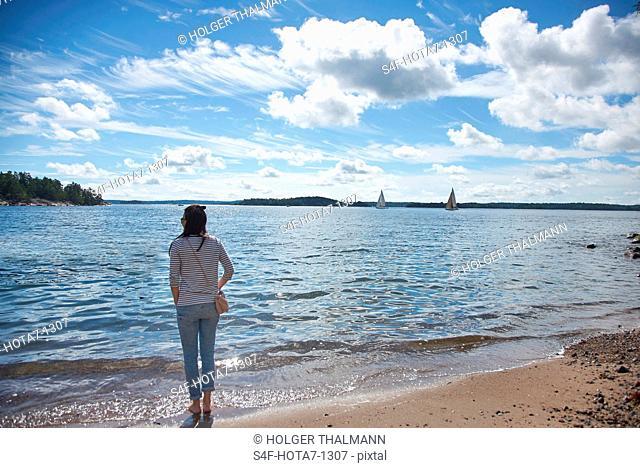 Schweden, Insel Grinda, Frau am Strand