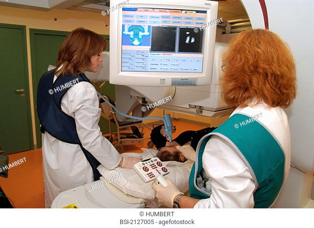 SCINTISCANNER<BR>Private hospital in Antony, France.<BR>Department of  nuclear medicine. Scintiscanning with pulmonary ventilation