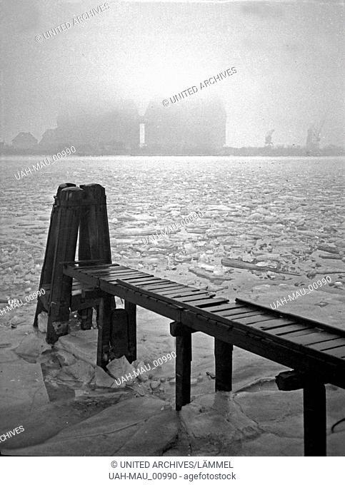 Wintertag an den neuen Getreidesilos im Hafen von Königsberg, Ostpreußen 1930er Jahre. A winter day near the new cereal magazines of Koenigsberg harbor
