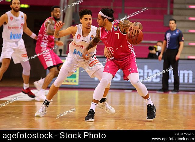 Bonn, Germany, 09. 01. 2021, Telekom Dome, Basketball Bundesliga, Telekom Baskets Bonn vs s. Oliver Wuerzburg: Joshua Obiesie (Wuerzburg) und Chris Babb (Bonn)...