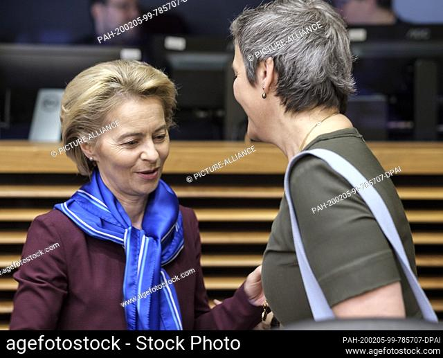 05 February 2020, Belgium, Brüssel: 05.02.2020, Belgium, Brussels: President of the European Commission Ursula von der Leyen (L) is talking with the EU...