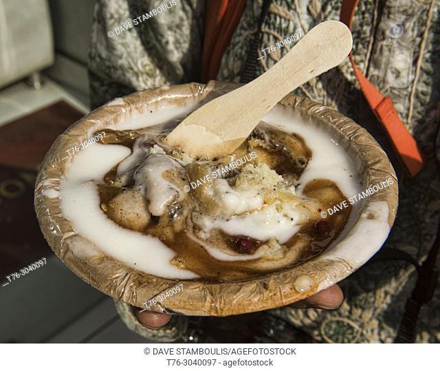 Natraj Dahi Bhalla Wala, serving lentil balls with yogurt and potato fritters since 1940, Old Delhi, India