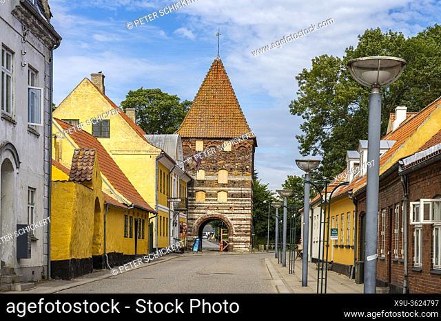 das Mühlentor Mølleporten Hauptort Stege, Insel Mön, Dänemark, Europa | The Mølleporten town gate in the largest town Stege, Moen island, Denmark, Europe
